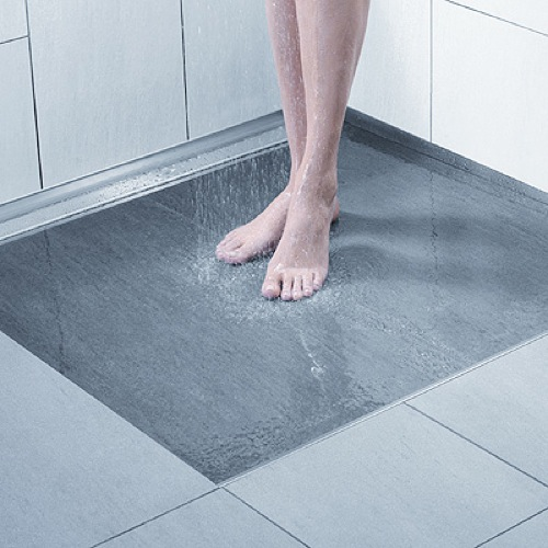 Una ducha sin barreras arquitect nicas aqua for Ducha sin plato suelo