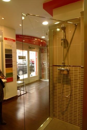 La mejor exposición de platos de ducha en Madrid - aqua