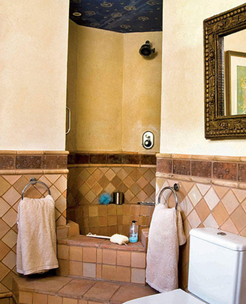 Un ba o r stico cobre o bronce tonos claros y for Cortinas para banos rusticos
