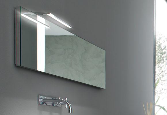 L mpara de espejo para iluminar mejor el ba o aqua for Focos para espejos de bano