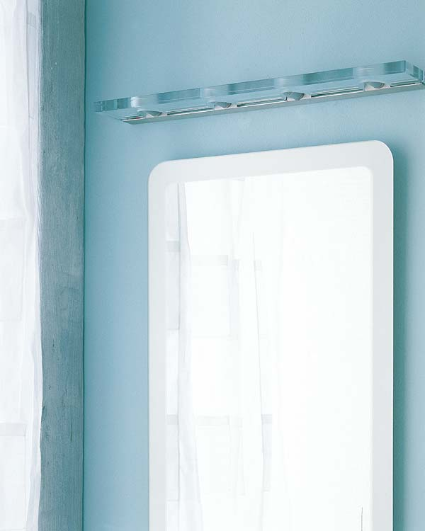 Diferentes apliques para iluminar el espejo del ba o aqua for Focos para espejos de bano