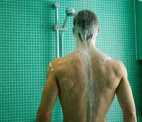 5 Razones por las que debes orinar en la ducha -