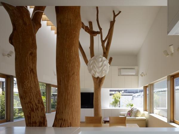 Jap n una casa con rboles dentro aqua - Arboles decoracion interior ...
