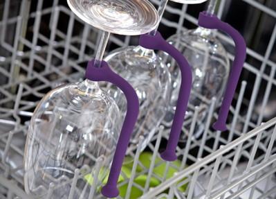 Un accesorio para colocar las copas de vino en el for Lavaplatos granada