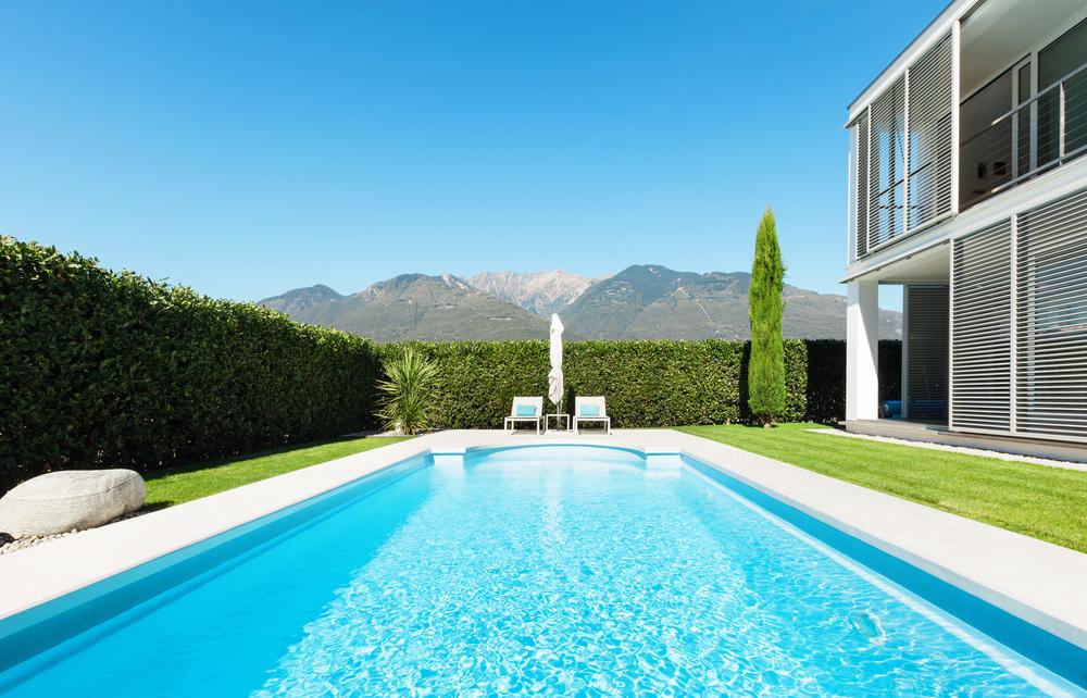Consejos para mantener limpia el agua de tu piscina aqua for Agua de la piscina turbia