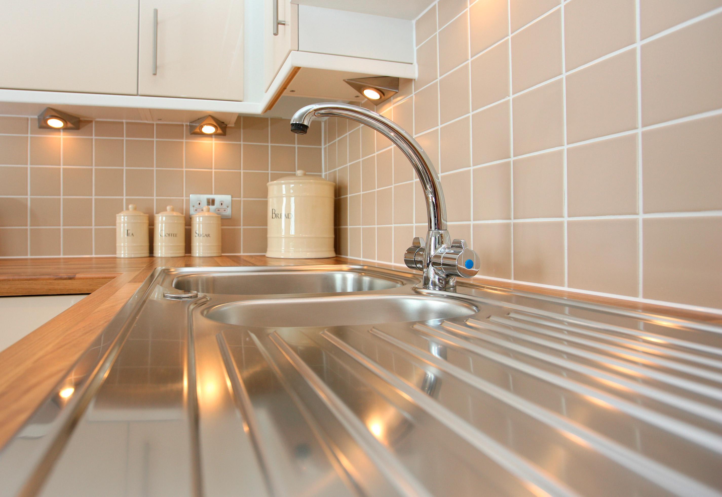 Reformar tu cocina sin quitar los azulejos es posible aqua - Quitar azulejos cocina ...