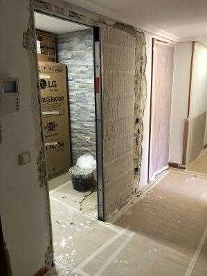 C mo instalar una puerta corredera encastrable securibath for Instalar puerta corredera
