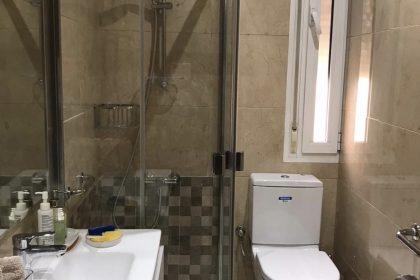 Como ganar espacio en un baño estrecho - SecuriBath Solutions