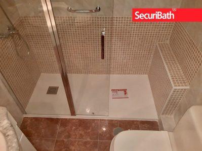 Cambio de bañera por plato de ducha con mocheta de ocultación del manguetón. Con mampara de ducha. En 24h. SecuriBath Solutions